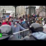 Перекрытие улиц и массовые драки: что происходит на незаконной акции в Москве